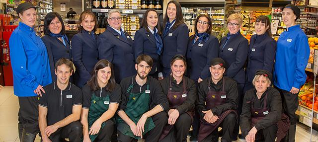 Trabajadores del nuevo supermercado BM en la calle Bergamin de Pamplona
