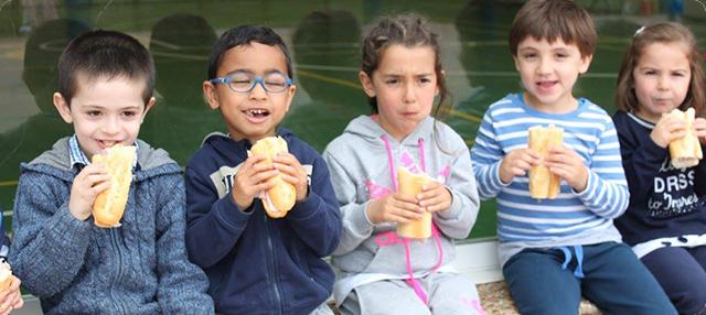 niños merendando bocadillo
