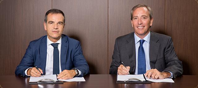 Luis Llorens, Director Regional de BBVA, y José Ramón Fernández de Barrena, Director General del grupo UVESCO, firmando el acuerdo